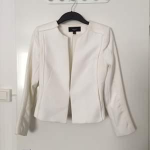 Garderobrensning!! Stl S. Från Mango. Färg: white/Off-white. Har 2 fickor. Mkt bra skick! Behöver tvättas. Finns i Hässelby