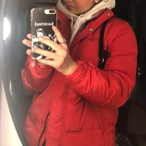 Säljer min röda jacka som är helt ny med prislapp kvar på 😍 Köpte den för 500 kr men säljer för 150 kr då den aldrig kommer till användning 💞