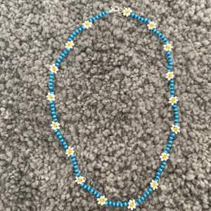 Halsband med blommor! Kan göras i andra färger:)