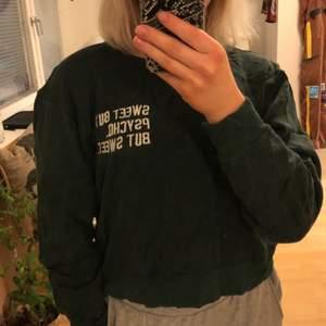 Säljer denna skogsgröna tröja från pull&bear. Storlek S.