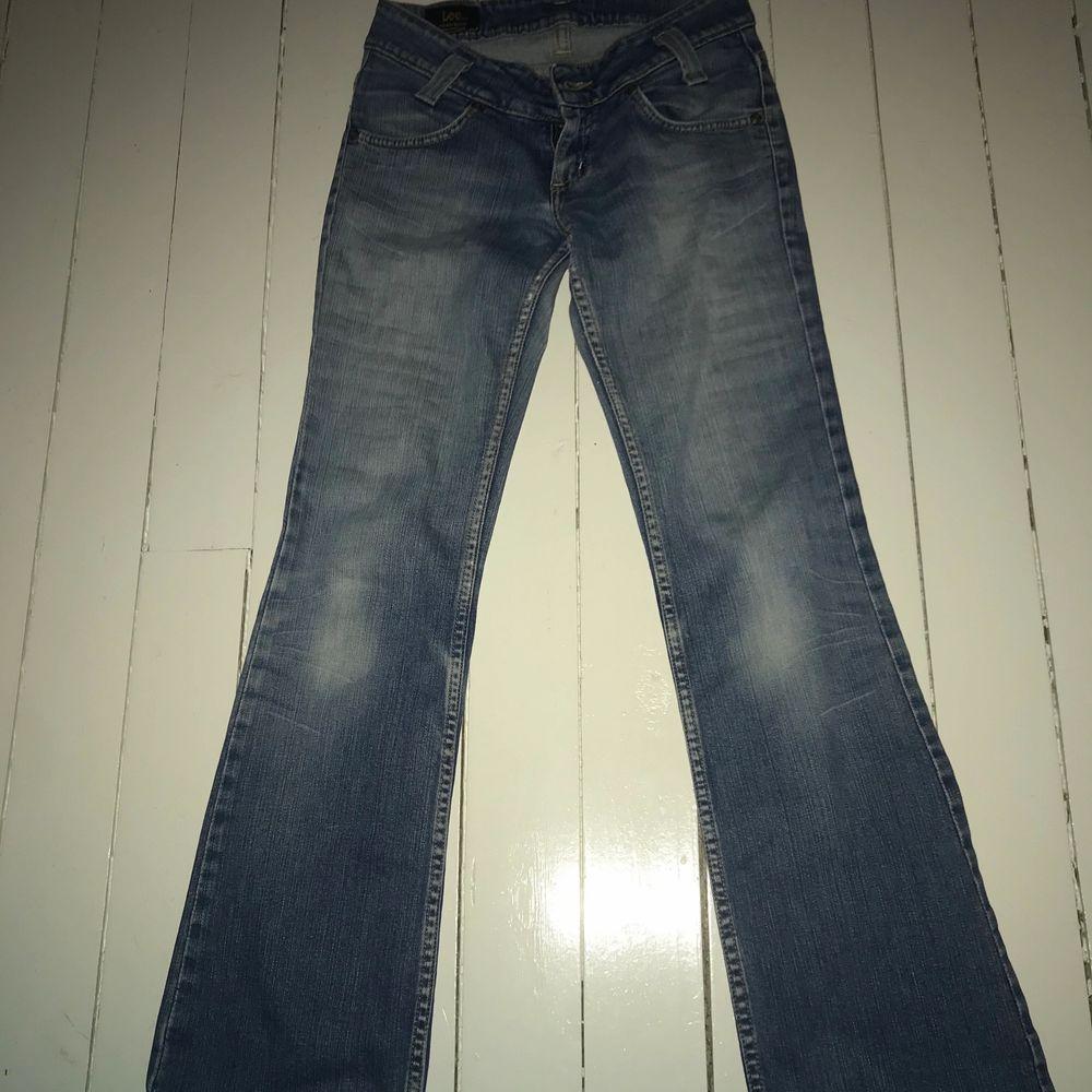 Ett par jeans från Lee i nyskick. De är i strl S men är ganska stretchiga så skulle säga att de passar 32 34 och 36. Första bilden är lånad men samma modell men att dessa jeans är något mörkare i färgen. Buda från 200.. Jeans & Byxor.