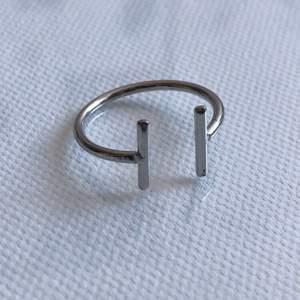 Snygg stilren ring som går att matcha med de flesta andra ringar! Säljs pga att den är för stor.