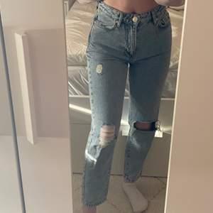 Jeans som aldrig är använda, är 156 och passar mig perfekt i längden🤍 (står ej för frakten)