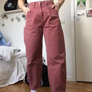Rosa baggy jeans från Zara i storlek 32. Använda fåtal gånger!