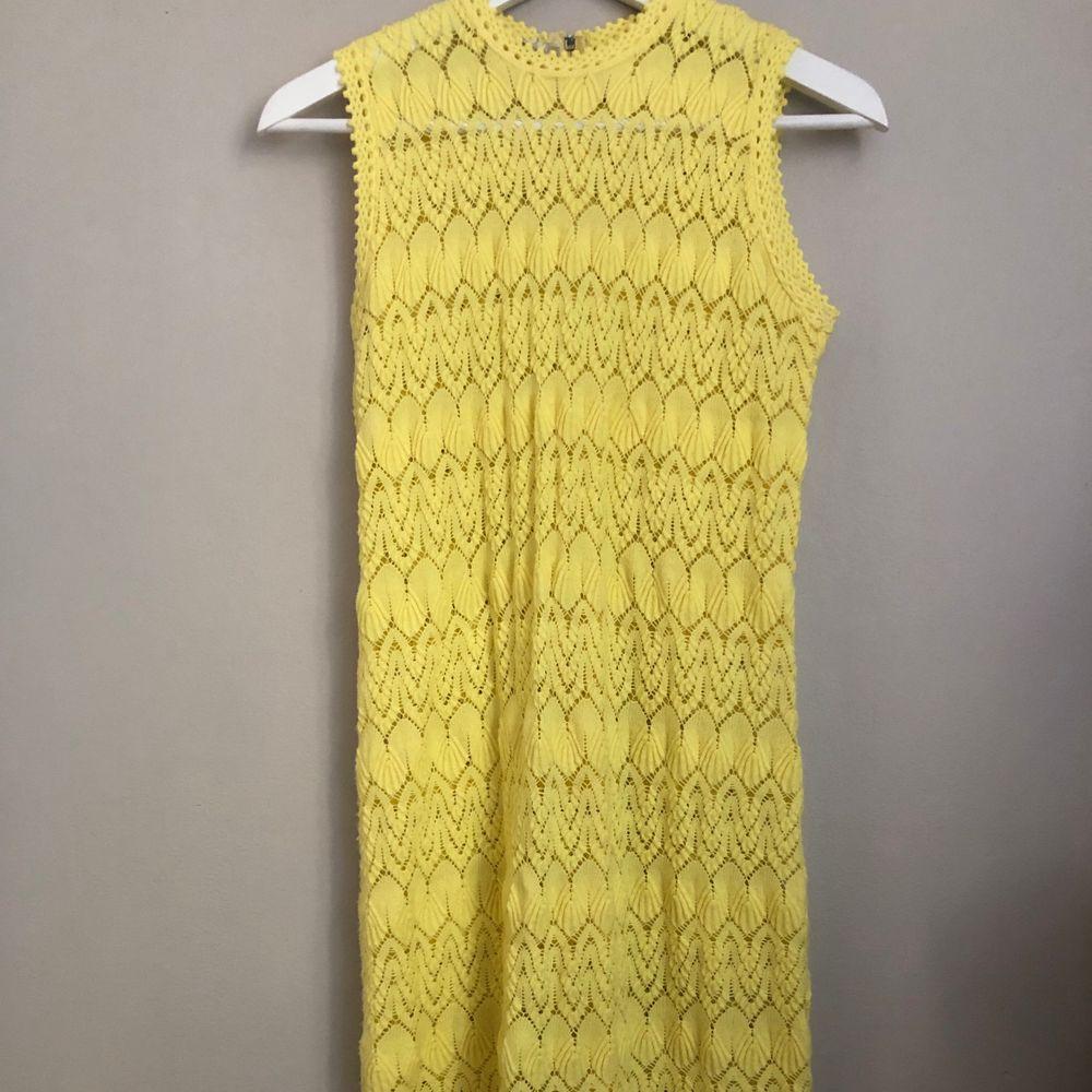 Super gullig stickad klänning . Klänningar.