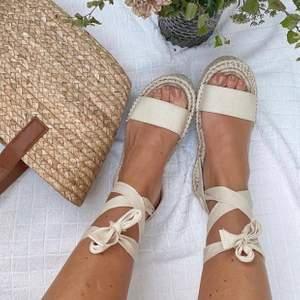 Så söta sandaler man knyter, perfekta till sommaren🐻 Storlek 39. Bud vid flera intresserade annars först till kvarn! Frakt 66kr🤎