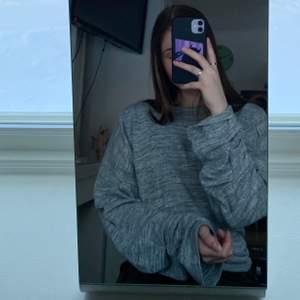 Säljer denna fina tröja från Nelly.com med lite vida/utsvängda armar. Storlek xs, men passar även S.