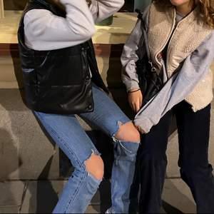 """säljer dessa skitanygga jeans från weekday som är i modellen rowe och i en storlek """"36"""", dessa sitter jättebra runt låten och där bak och är med egengjorda hål så att de ser lite """"costum"""" ut! nypris var 500kr🙌"""