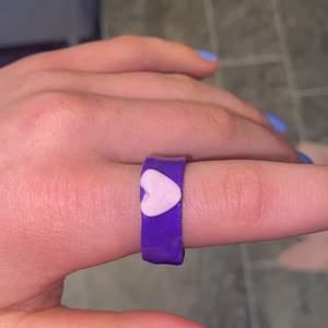 Fin lila clayring jag tillverkat själv. Storlek large i ringstorlek skulle jag säga. Inte ömtålig men den är inte stenhård. Köpare står för frakt och det skulle va kul ifall någon skulle vilja köpa. Skriv privat vid intresse❤️❤️