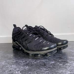 Hej! Säljer mina Nike Air VaporMax då de bara sitter och samlar damm i rummet. Nypris ligger på 2200kr, men jag säljer dem för 600kr.