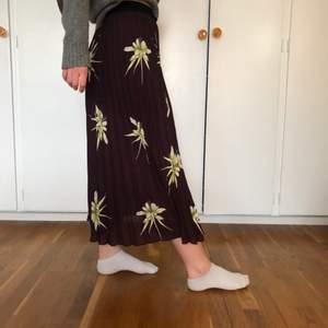 Här är en söt plisserad kjol från hm! Sommrig med ett blommönster🌺 Innerkjolen är i ett silkes-aktigt tyg, vilket är jätteskönt i sig men det gör också att kjolen inte blir genomskinlig! Jag är ca 168 cm. Nyskick!🌼🌸💓