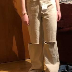 Nya jeans från Bershka, jag köpte dom på Plick för 300kr (plus frakt) men va för stora och jag är 165, original pris på nätet 300kr. Aldrig använda.
