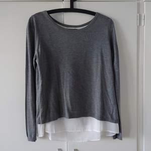 H&M finstickad tunn tröja i grått med öppen rygg. Använd fåtal gånger, så fint skick! Strl S. Köparen står för frakt och kan skickas med billigare frakt, men då ej spårbart.