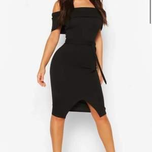Svart klänning från Boohoo, använd endast 1 gång, säljer den då den är för stor för mig tyvärr.