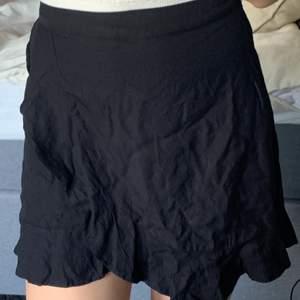 Jättesöt omlottkjol från pimkie💕 Just nu är den lite skrynklig men det är bara att stryka den. Jag har även sytt in den i midjan som man ser på den sista bilden. Kjolen är i storlek 36 vilket motsvarar ungefär S. Men eftersom jag har sytt in den lite i midjan passar den även XS.