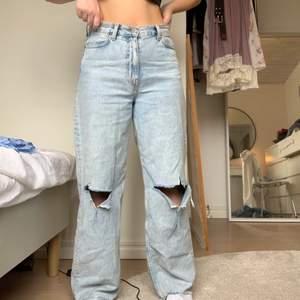 Ljusblå raka jeans från Weekday, modell Rail, storlek 25, jag är 162 cm