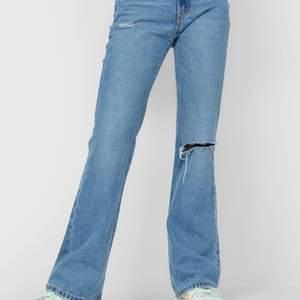 Super snygga jeans från Stradivarius som är helt oanvända! Taggen finns till och med kvar. Säljer då de tyvärr var för stora för mig.