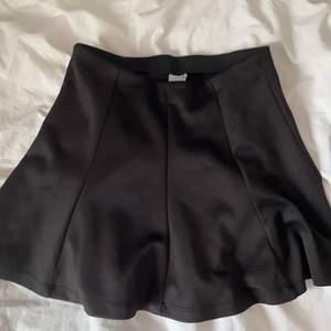 En fin minikjol som tyvärr är för liten för mig. Den är i stretchiga material och är knappt använd.