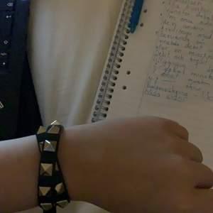 Dubbelt valentino armband i nyskick. Endast testad, kvitto finns från VC. Säljs ej för under 1300☺️ Skambud undanbes.