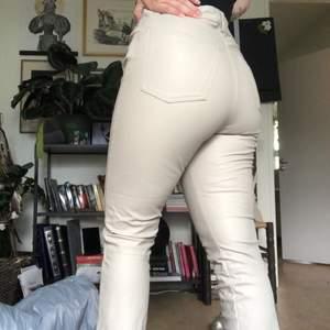 Beiga högmidjade byxor i fakeläder från hm