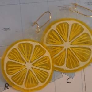 citron-örhängen som jag gjort utav krympplast🍋💕 kan även göra andra motiv!!🍒🍓🍭 oanvända såklart! krokarna funkar för nickel-känsliga personer❣💛💥❣
