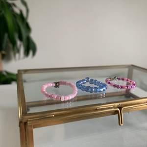 Superfina ringar i tre olika designs! Man väljer färger själv och design! 1st för 10kr 2st för 15 och 3 st för 25. Vid köp får man skicka sin ringstorlek i cm!