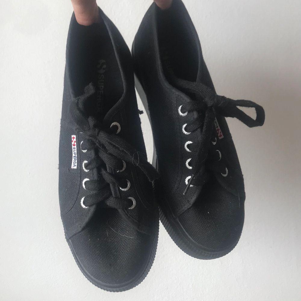Fina svarta platå sneakers. Skor.