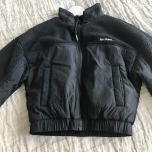 Jacka från iets frans, köpt på urban outfitters förra året. Storlek XS men passar även mig som är S. Knappt använd, max 5 gånger. Fleece på insidan. Croppad i modellen 🥰