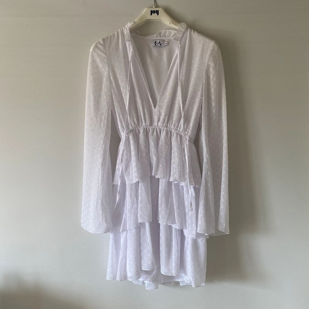 En perfekt klänning för skolavslutning eller student 🤍 endast använd 1 gång, säljes pga för liten 🤍 Från Linn Ahlborgs gamla kollektion med NAKD, som ny! 🤍 249kr + frakt. Klänningar.