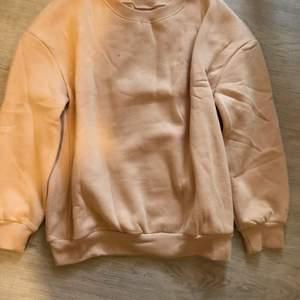 Säljer en jättefin aprikosfärgad sweatshirt från shein. Tröjan är bara provad och aldrig använd. Köperen står för frakten.