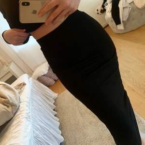 Säljer en svart lång figursydd kjol i ett mjukt material. Står storlek XS på själva lappen men den är väldigt stretchig, skulle säga att den passar bäst på en ((S-M)). Superfint skick, knappt använd. Säljer för 85 kr. Köparen står för frakten!