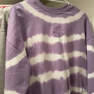 en lila sweatshirt med tie dye mönster från zalando💜frakt tillkommer på 40kr. Kom privat för mer bilder eller frågor.