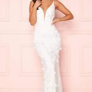 Säljer helt ny och oanvänd bröllopsklänning från Bubleroom pga ångrat köp. Klänningen har kvar prislappar samt original fodral. Ordinarie pris 3299. Hör av dig gärna vid frågor ❤️