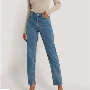 Blåa jeans med slits längst ned. Är knappt använda och är därför i bra skick.