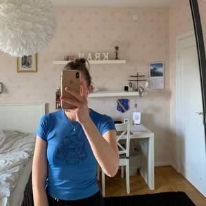 En snygg träningstopp från märket Pearl. Toppen är i en fin blå färg med en blomma på framsidan. Säljer den pga att den är för liten för mig. Köparen står för frakten. Kan även mötas upp i Malmö.