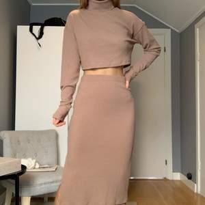 Ribbat set med midi kjol med slits och croppad polotröja. Aldrig använt med lappar kvar!! Säljer som set för 150, eller var del för sig för 100kr/st.💗