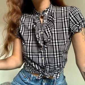 Så söt blus som man kan bära på olika sätt🤍🖤 kommer tyvärr inte till användning längre! Jättefint skick✨