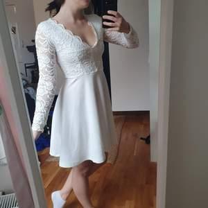 Säljer nu min superfina studentklänning! Hoppas att nån annan kanske kan ha lika kul i den som jag hade! Inga fläckar eller slitage, tvättad och i fint skick 🥂💕