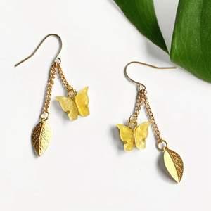 🌱Meadow necklace🌱 Gula emaljerade fjärilar som skimrar och glittrar✨ Metallen är ljus guld