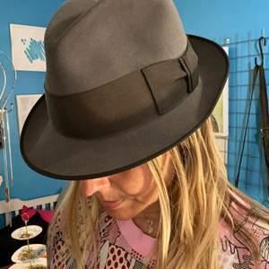 MAYSER HATT köpt i London! Mint condition! Mellan-grå hatt med lite mörkare grått band.