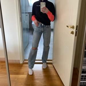 Jag säljer dessa högmidjade ljusblå jeans i storlek 34 från Gina tricot! Köpta hösten 2020 och sparsamt använda. Säljes eftersom storleken är fel. Väldigt synd då dessa byxor är så härliga och fina. Ordinarie pris 599! 💙⭐️