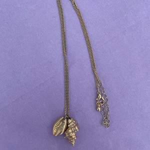 halsband med gulliga snäckor. färgen är något avskavd på baksidan av snäckan till vänster på bild 1, annars fint skick! 🧚🏻♀️🧚🏻♀️🧚🏻♀️