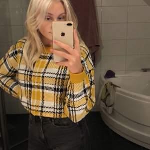 Säljer min gula rutiga tröja från hm då den inte kommit till användning, storlek L och sitter bara något slappare på mig och jag brukar ha S