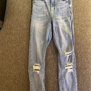 Ljusblå skinny jeans från Gina Tricot i modell Gina och strl 34. Använda bågra gånger men inget fel alls på dem. Kan skicka fler bilder om det behövs🥰