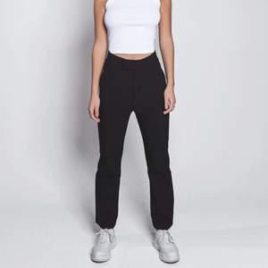 Säljer ett par helt nya 'Short suit pant' från LXA med lappar kvar!⭐️ Storlek M, säljer då de tyvärr är för stora för mig. Storleksguide finns på LXAs hemsida vid behov! Nypris 899kr, frakt 55kr!