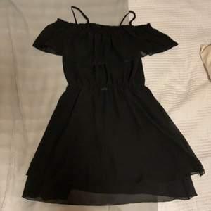 Alla behöver ju en liten svart klänning i sin garderob, visst? Letar du efter din? Då är denna perfekt!                                 Svart klänning med volang kjol och volang uppe vid axlarna, går att ha både off shoulder och on;) Säljes då den tyvärr blivit för kort för mig.