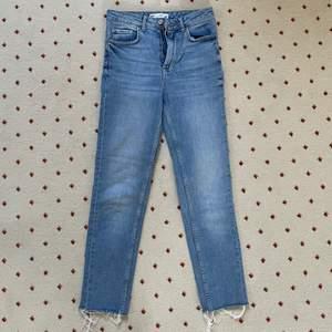 Säljer dessa ljusblå slim jeans i storlek 34 från Gina Tricot. Använda sparsamt. Har klippt av dem i ankeln som man ser på första bilden för en snyggare byxa. Dessa är high waisted. Säljer pga för små. Jag är 161 lång, hör av er om det är några frågor och eventuellt för fler bilder på jeansen💙💙ORIGINALPRIS: 500, MITT PRIS: 80 kr
