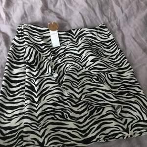 Säljer denna zebra kjol från lindex, aldrig använd lapparna kvar! Säljer för att den är lite förstod för mig. Den är i storlek 146-152 men passar absolut xs-xxs