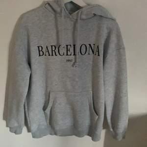 En lite oversize hoodie från Gina som inte kommer till användning längre och nästan aldrig använd, köpt 200 kr.