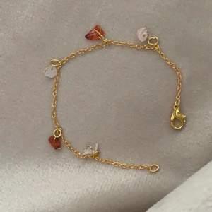 Handtillverkat armband (kan byta färg på kristallerna/ändra storlek efter din arm). På bilden har armbandet karneoler och rosenkvarts!
